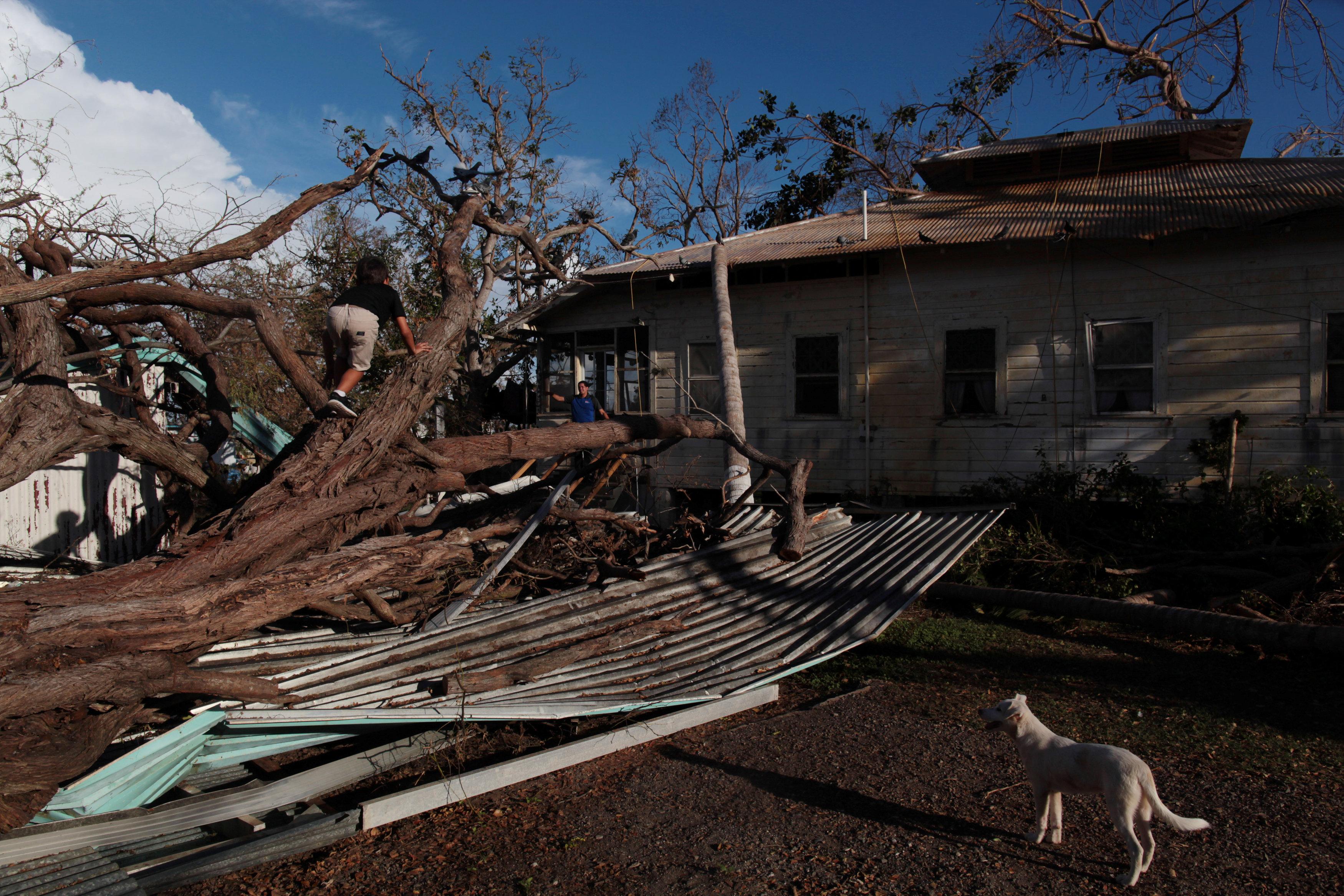 "Photo of ترامب يلوم مسؤولين لبطء مواجهة آثار الإعصار ""ماريا"""