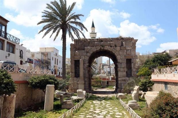 """Photo of شباب يسلّمون """"قطعاً نادرة"""" لـ""""مراقبة الآثار"""" في طرابلس"""
