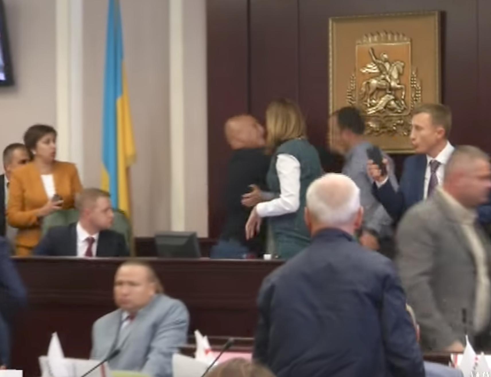 Photo of شاهد الفيديو.. شجار عنيف ولكمات في البرلمان الأوكراني