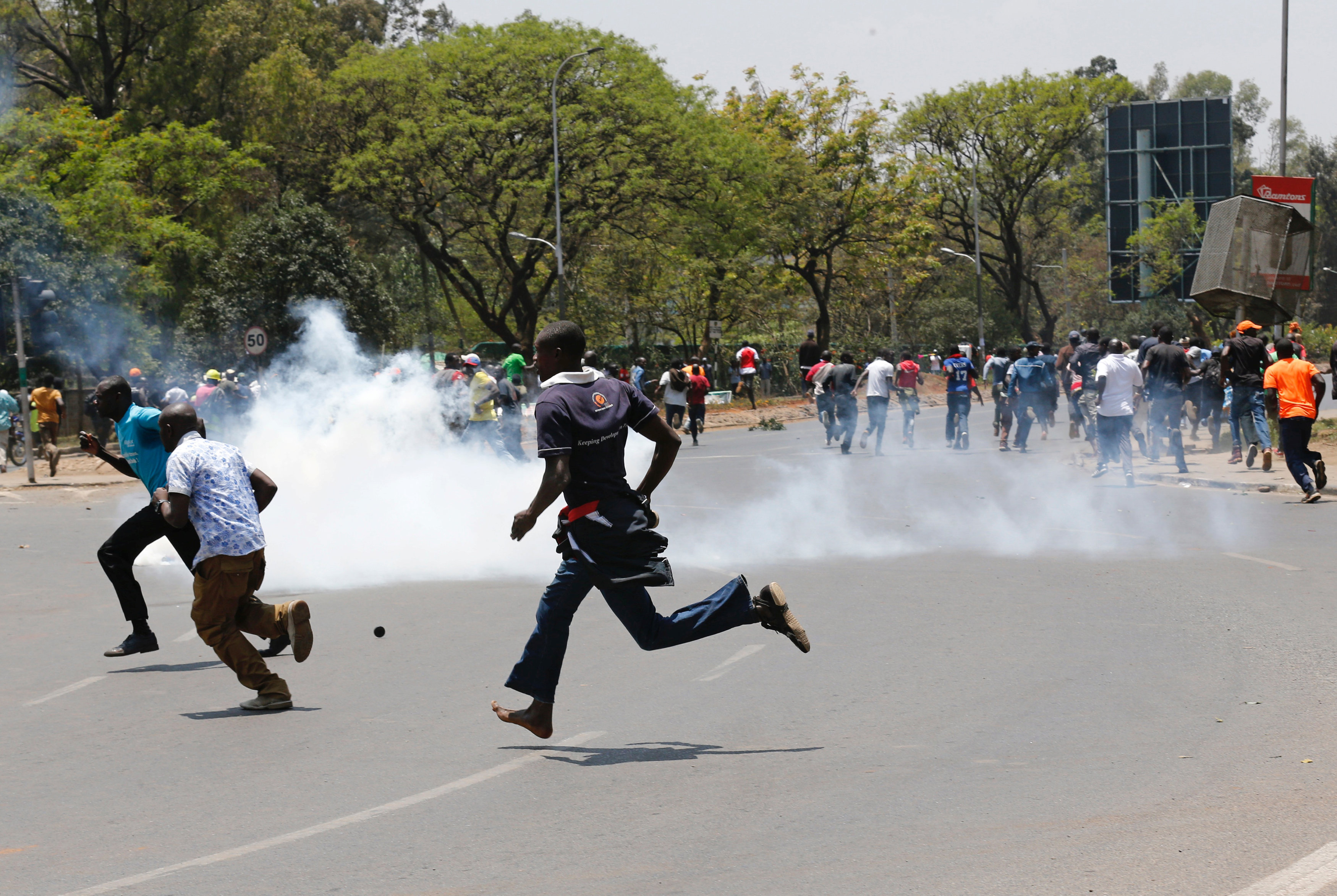 Photo of شرطة كينيا تطلق الغاز المسيل للدموع على محتجين في العاصمة
