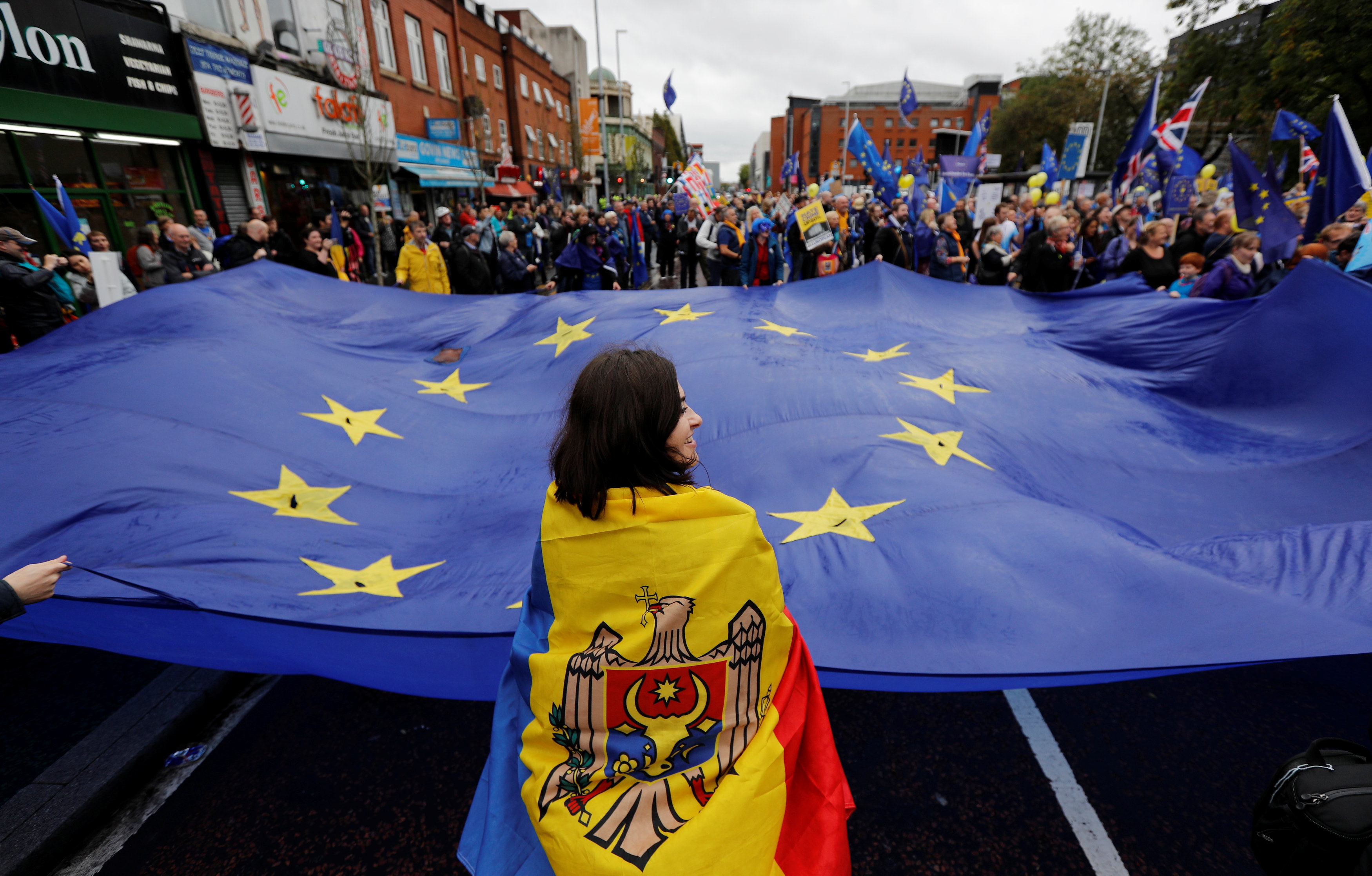 يحمل المتظاهرون علم الاتحاد الاوربى