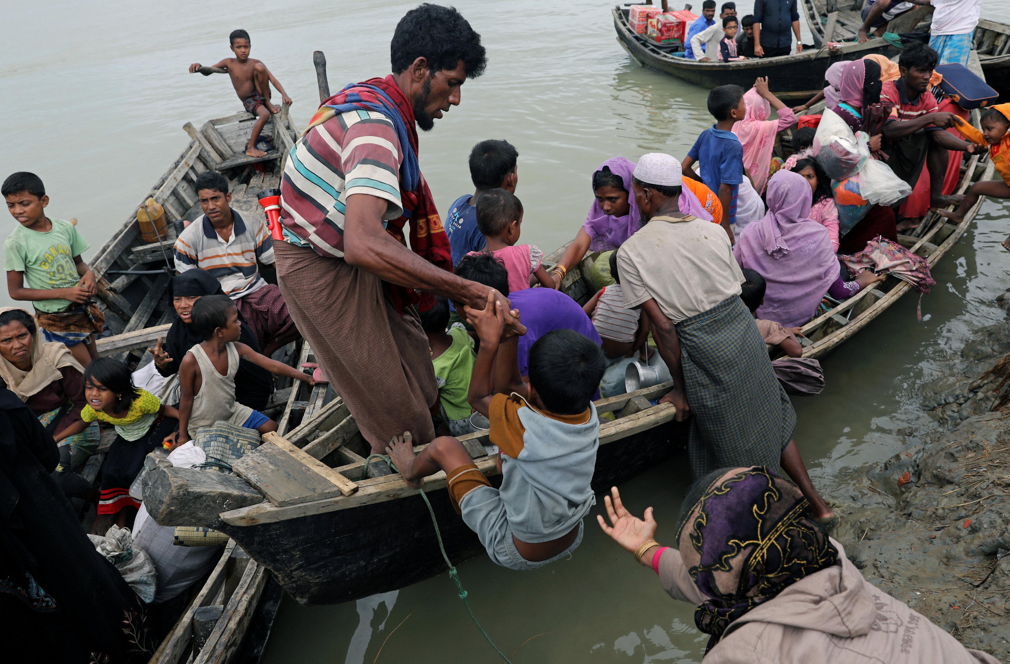 قارب يقل لاجئين