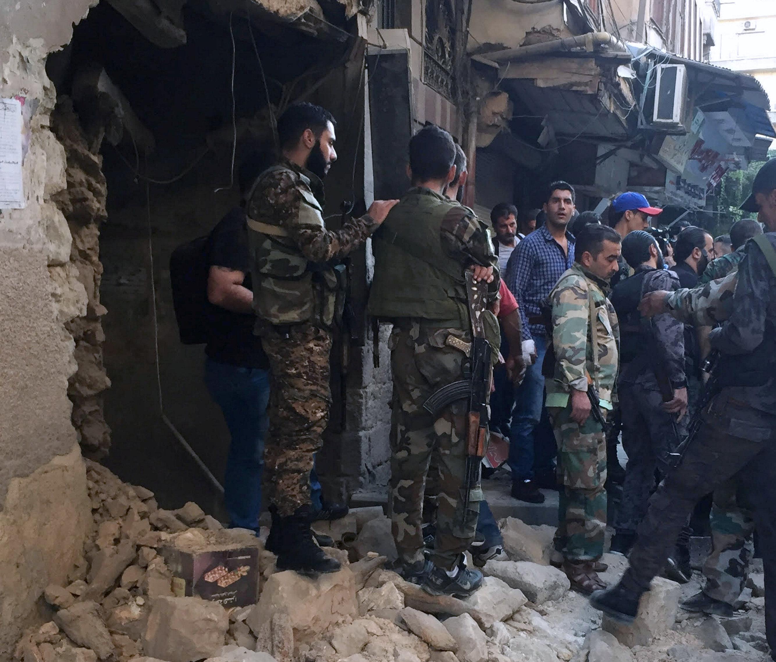 "Photo of مقاتلو داعش يغادرون الرقة ليل السبت مع ""دروع بشرية"""