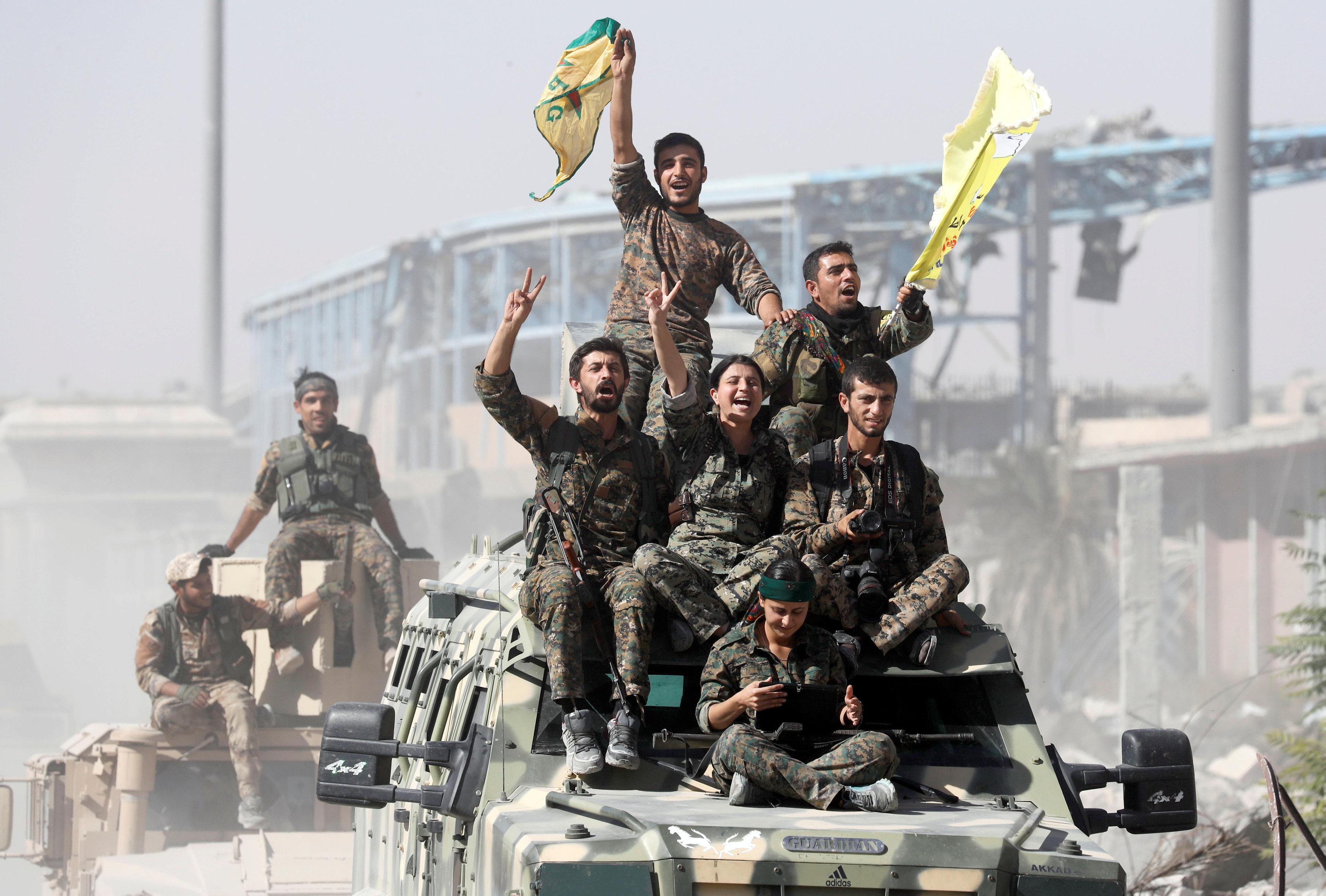 Photo of الرقة السورية تتحرر من داعش.. ورمزية لانهيار التنظيم