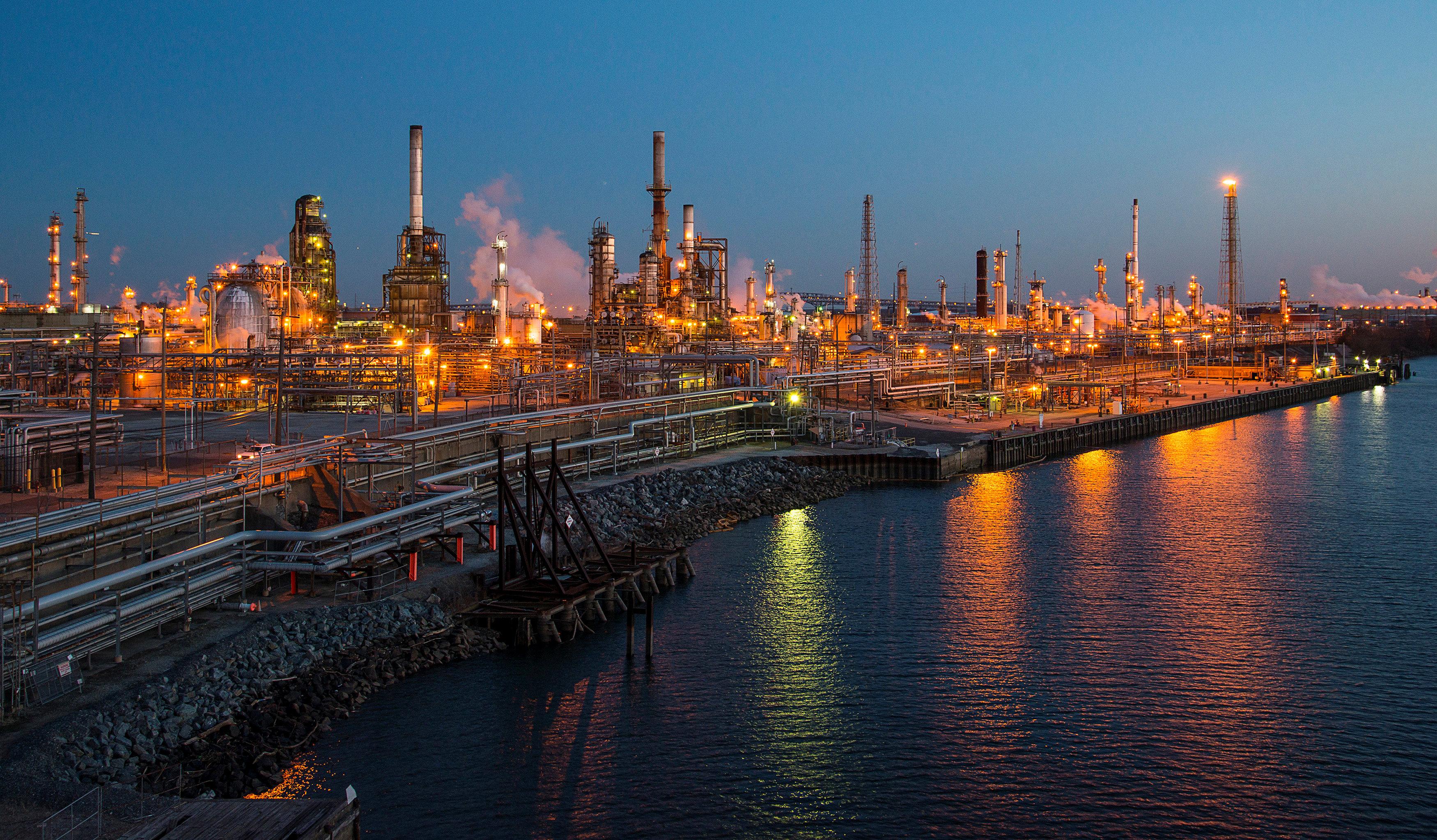 """صورة """"النفط"""" يرتفع بسبب تراجع الإمدادات وقوّة الطلب"""