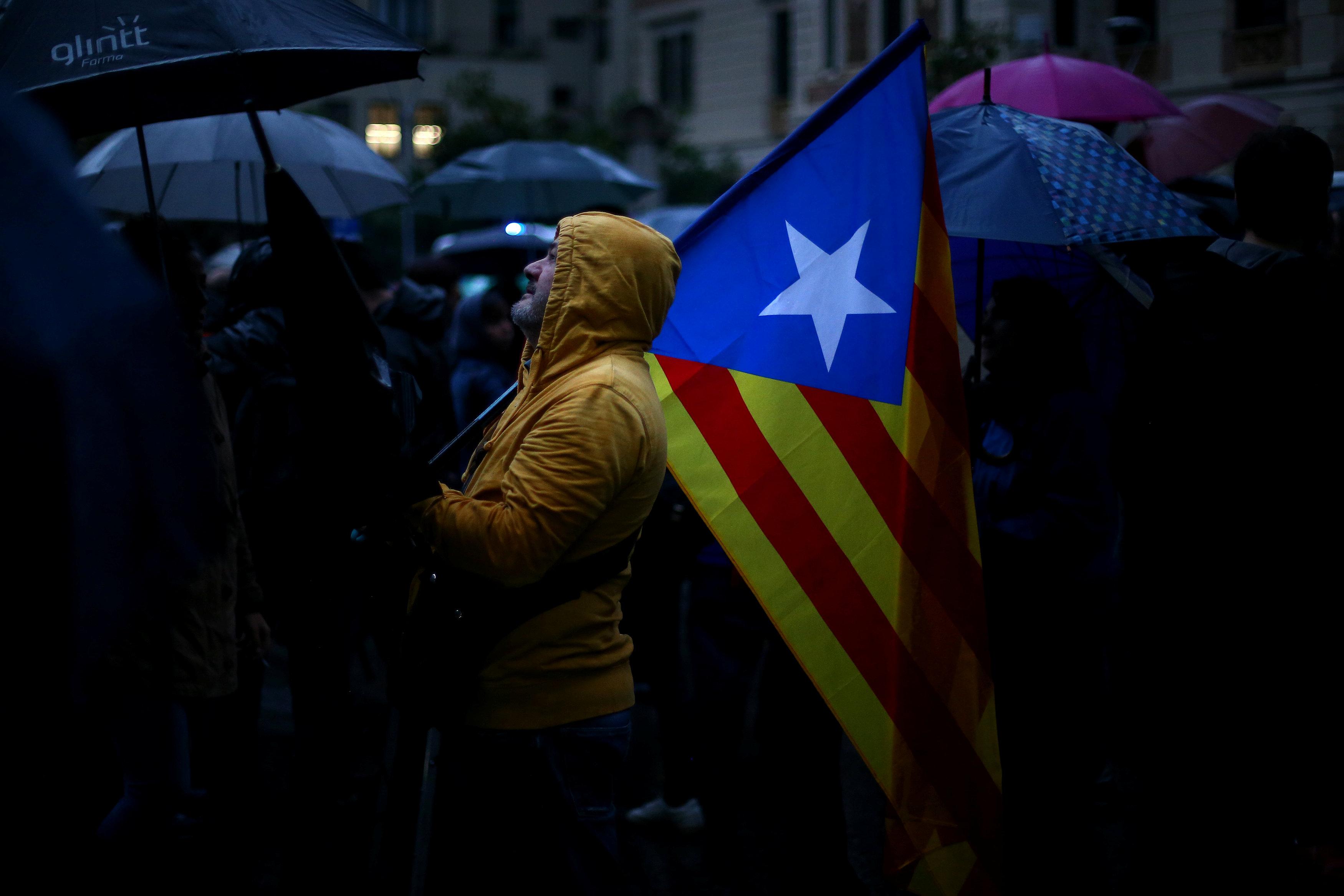 """Photo of إسبانيا تهدد كتالونيا بـ""""الأسوأ"""" ردا على مسعى الانفصال"""