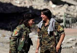 مقاتلتان من قوات سوريا الديمقراطية في الرقة