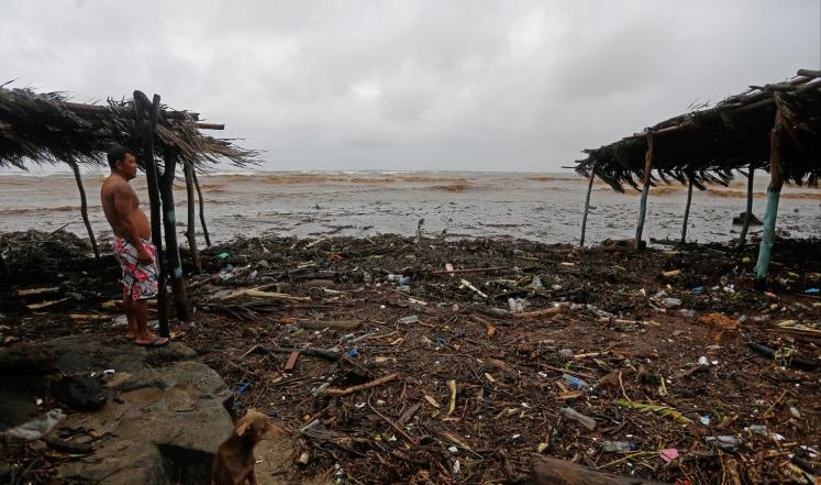 أحد سكان مدينة مساشابا بنيكاراغوا ينظر إلى آثار العاصفة نيت التي تحولت إلى إعصار (الفرنسية)