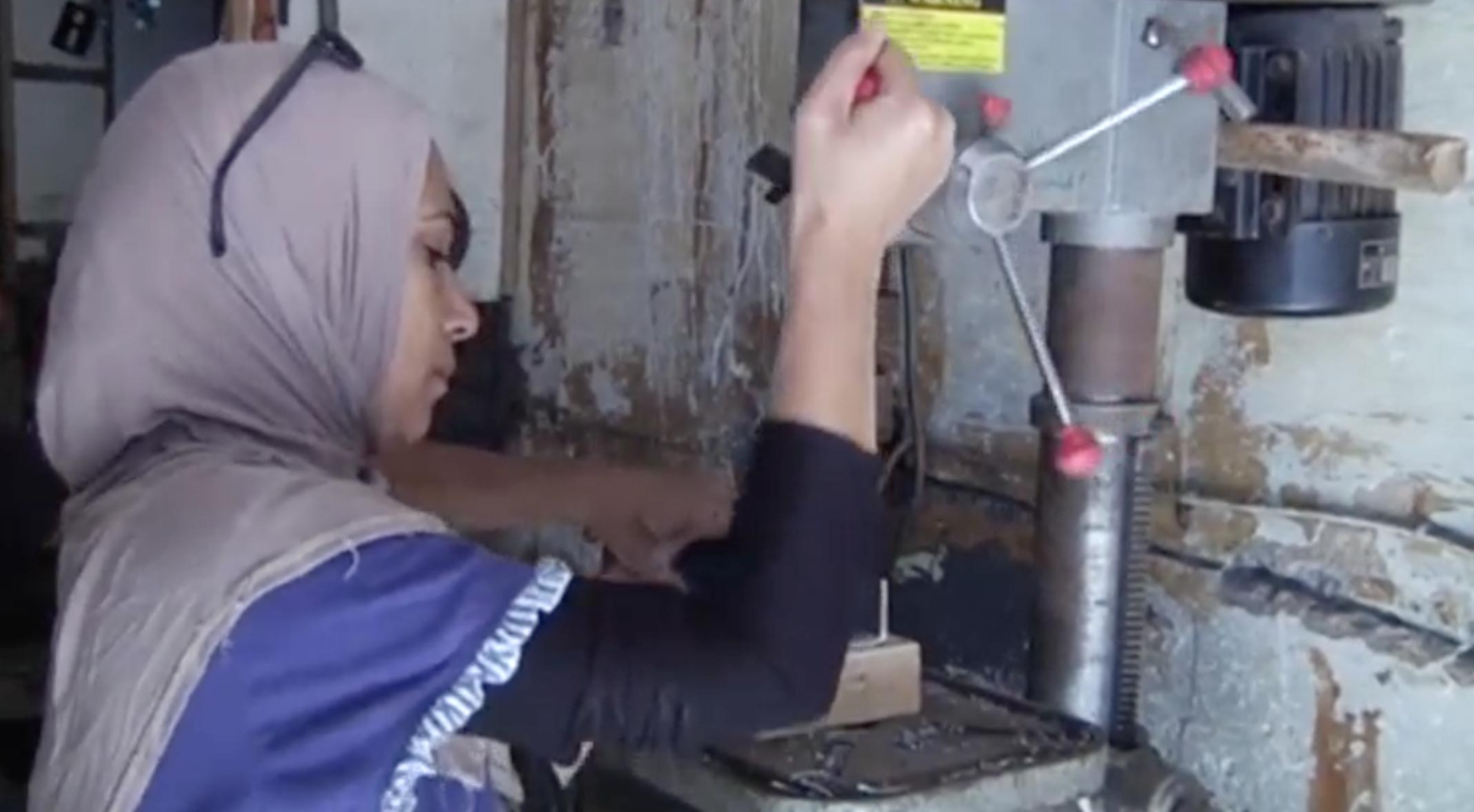 Photo of امرأة مصرية تقتحم مهنة يحتكرها الرجال وتعمل بالحدادة