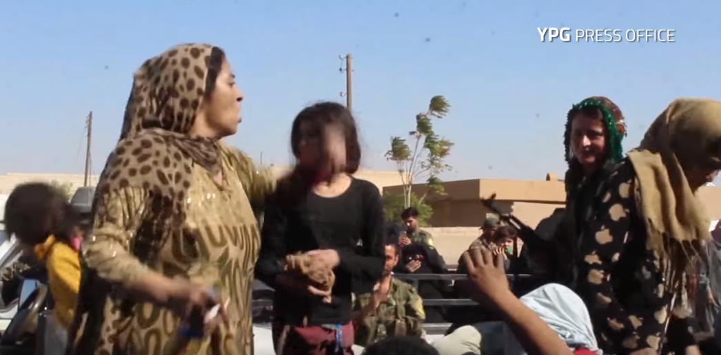 """Photo of شاهد.. سيدة """"تُمزق ثيابها"""" فرحا بطرد داعش من الرقة"""