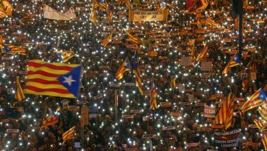 """صورة احتشاد الآلاف في """"كاتالونيا"""" للمطالبة بإطلاق سراح زعمائهم"""