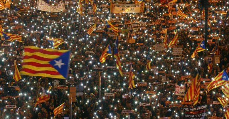 احتشاد الآلاف في كاتالونيا للمطالبة بإطلاق سراح زعمائهم