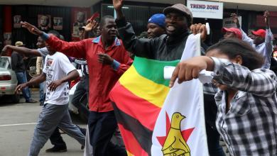 تدفق الآلاف بشوارع عاصمة زيمبابوي ابتهاجا بسقوط موغابي