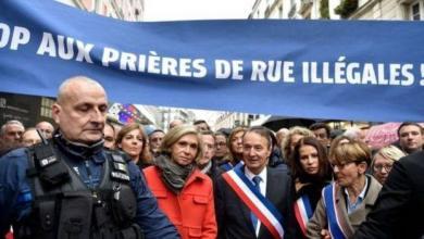 سياسيون فرنسيون يحتجون على أداء الجمعة في الشوارع