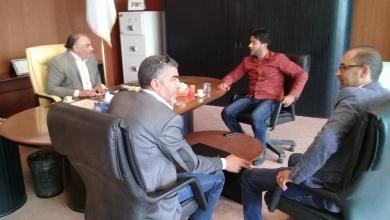 """صورة عميد بلدية """"سرت"""" يتناول المواصلات في البلدية في اجتماع"""