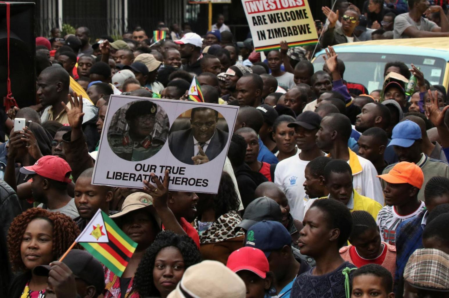 محتجون يطالبون بتنحي رئيس زيمبابوي روبرت موجابي في هاراري يوم السبت