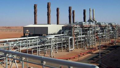 Photo of انخفاض إيرادات النفط يجر الجزائر لفرض الضرائب