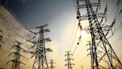 """Photo of """"الكهرباء"""" تلمح لزيادة محتملة بساعات طرح الأحمال"""
