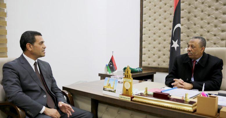 رئيس الحكومة المؤقتة عبدالله الثني مع رئيس المفوضية الوطنية العليا للانتخابات عماد السايح