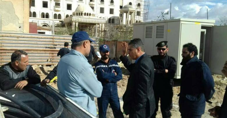 مصطفى القطراني خلال زيارته منطقة الصابري