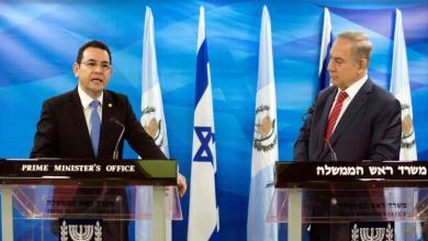 جيمي موراليس (يسار) أثناء مؤتمر صحفي في القدس رفقة رئيس الوزراء الإسرائيلي (رويترز-أرشيف)