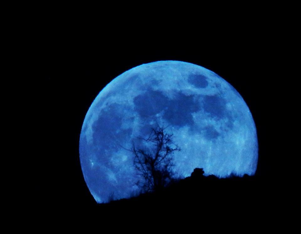 قمر أزرق