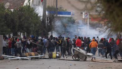"""صورة اشتباكات تونس مستمرة.. و""""رويترز"""" ترصد """"شغباً واسعاً"""""""