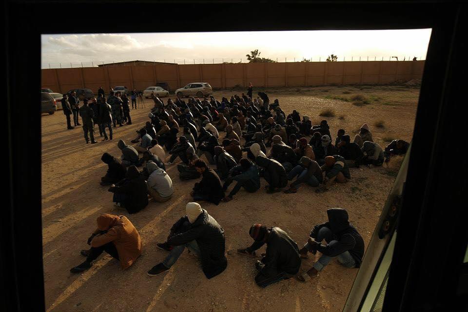 مكافحة الهجرة يُرحّل عددا من المُهاجِرين إلى بلدانهم