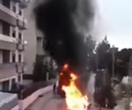 "Photo of ""خطأ غريب"" في محاولة إطفاء سيارة مُشتعلة.. شاهد"