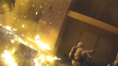 """Photo of فيديو """"يحبس الأنفاس"""".. إنقاذ طفل من وسط النيران"""