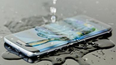 """صورة هل وقع هاتفك في الماء؟.. حلول بسيطة ل""""إنقاذه"""". اقرأ"""