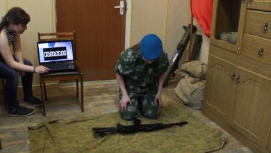 "Photo of شاهد.. مهارة فائقة لفتاة روسية في فك وتركيب ""كلاشنيكوف"""