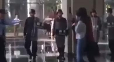Photo of شاهد بالفيديو.. عملية إنقاذ فتاة وقعت رهينة بيد مجرم