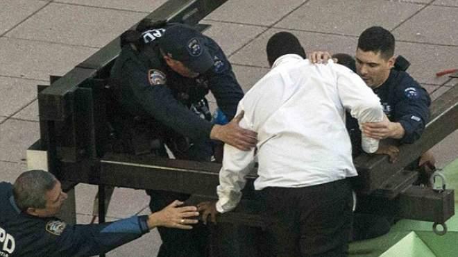 شرطة نيويورك تنقذ رجلاً حاول الانتحار