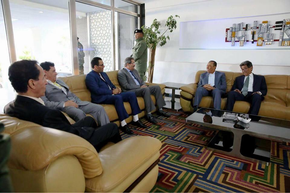 عبد الله الثني أثناء زيارته لبنغازي