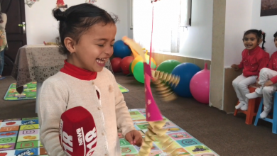 Photo of معلمة من طبرق تمنح الطفولة حقها
