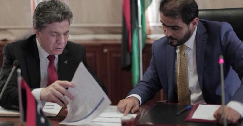 وزير المالية المفوض بحكومة الوفاق الوطني أسامة حماد والمدير العام للمصرف الخارجي محمد بن يوسف