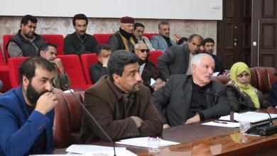 الأعضاء المؤيدين والمعارضين لمسودة هيئة الدستور في قاعة البرلمان في مدينة البيضاء