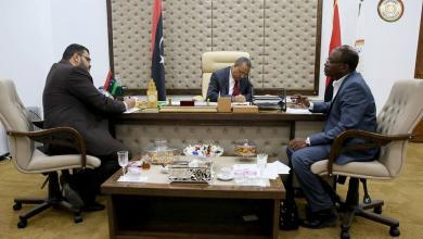 رئيس الحكومة المؤقتة عبدالله الثني، مع رئيس هيئة الإسكان والمرافق علي كوصو