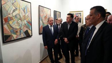 رئيس المجلس الرئاسي يزور معرض تشكيلي للفنان بشير حمودة بدار الفنون
