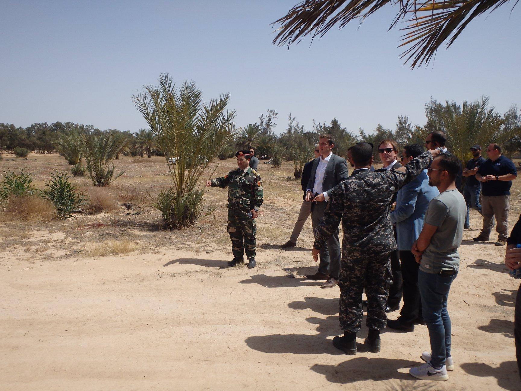 فرانك بيكر أثناء زيارة التفقدية إلى مقر إدارة التحري والتحقيقات الجنائية فرع الوسطى