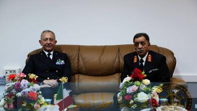 صورة قائد البحرية الإيطالية يزور قاعدة طرابلس