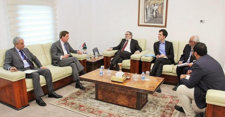 نقاش رئيس المؤسسة الوطنية للنفط مصطفى صنع الله مع سفير المملكة لدى ليبيا فرانك بيكر.