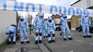 محققون يفحصون مسرح جريمة قتل فتاة عمرها 17 عاما متأثرة بإصابتها بأعيرة نارية في توتنهام بشمال لندن يوم الثلاثاء