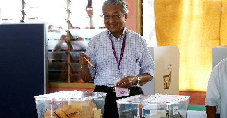 مهاتير محمد يدلي بصوته في الانتخابات الماليزية