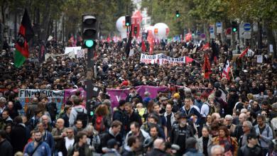 عشرات آلاف الموظفين يحتجون ضد ماكرون بعد تجميد رواتبهم