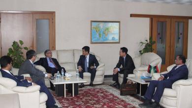 رئيس مجلس إدارة الشركة العامة للكهرباء، عبد المجيد حمزة مع وفد من شركةDaewooدايو الكورية