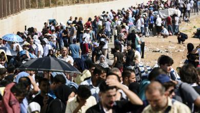 آلاف اللاجئين السوريين يتجمعون على الحدود السورية التركية
