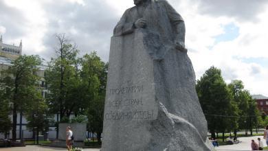 "Photo of ""كارل ماركس"" يثير الجدل بمسقط راسه"