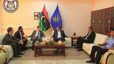 عبد السلام عاشور مع السفير البريطاني فرانك بيكر